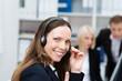freundliche mitarbeiterin telefoniert mit headset - 55916281