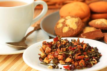 Чай россыпью лежит на блюдце