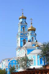Православная церковь на фоне голубого неба