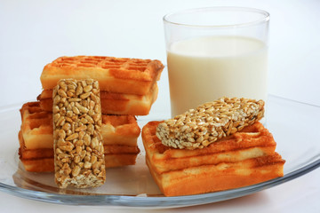 Молоко, вафли и козинаки на завтрак