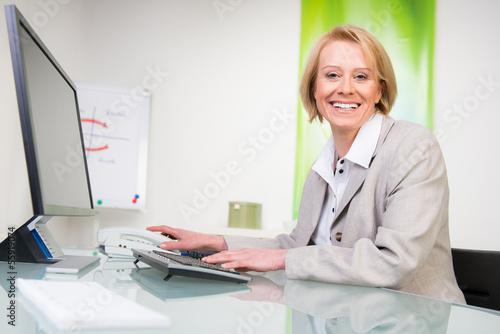 versicherungsangestellte sitzt am computer