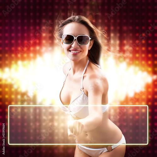 junge Frau im Bikini drückt virtuellen Knopf