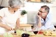 Senioren Paar beim kochen