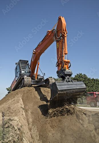 Moderner Raupenbagger auf der Baustelle