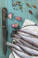 Pescado fresco e ingredientes para su preparación