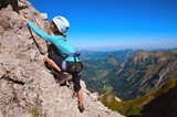 Kind beim Klettern am Klettersteig