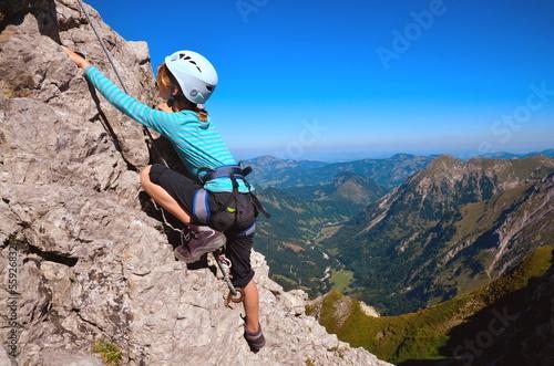 Fotobehang Alpinisme Kind beim Klettern am Klettersteig