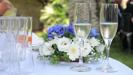 tavolo con bicchieri di spumante
