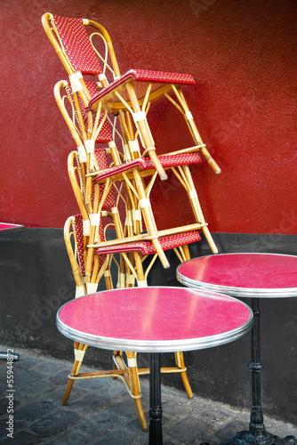 sedie di una brasserie impilate