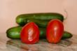 Rote Tomaten mit Gurken