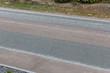 Straßendecke mit Asphalt und Splitt
