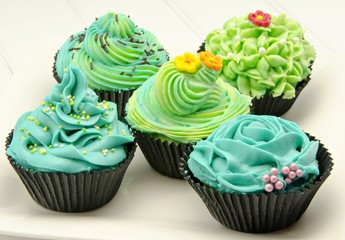 Cupcakes decorados con color verde y azul