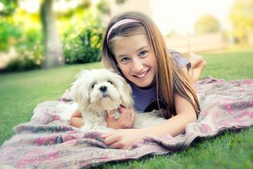 Bambina con cagnolino