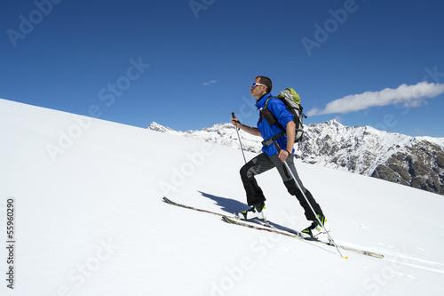 sciatore ascende verso la vetta, Alpi italiane