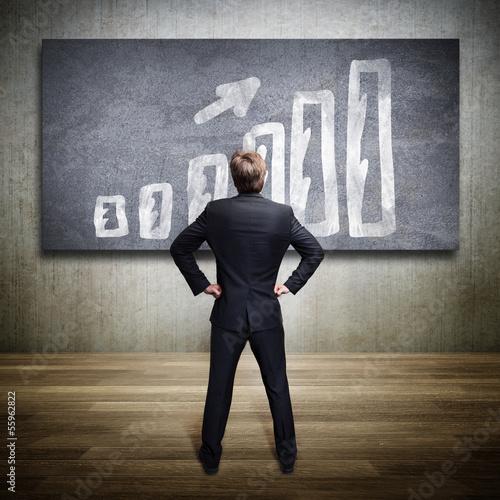 Geschäftsmann steht vor Diagramm