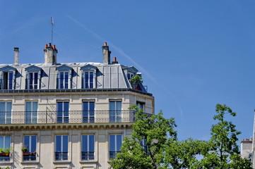 Immeuble parisien, toit gris, ciel bleu