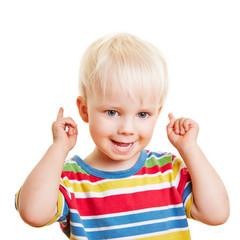 Kleines Kind mit erhobenen Zeigefingern