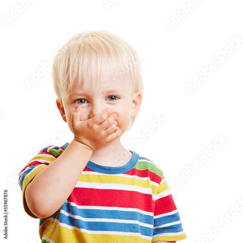 Kind mit Zahnschmerzen hält sich Mund zu
