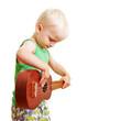 Kind spielt Musik auf Gitarre