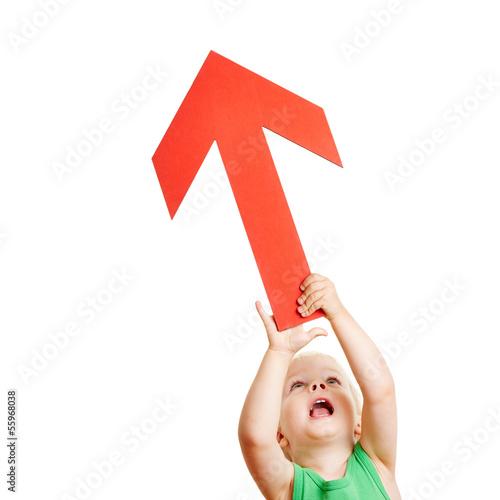 Kind hält roten Pfeil nach oben