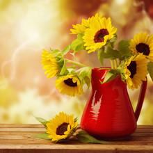 Bouquet de tournesol en pot sur la table en bois sur l'automne bokeh