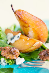 Salad with caramelised pears, blue cheese and walnuts