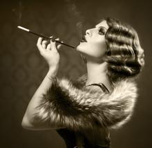 Palenie retro kobieta. rocznika stylu czarno-białe zdjęcie