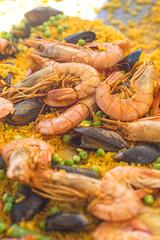 Paella mit Shrimps und Muscheln