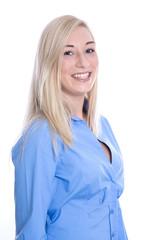 Portrait einer jungen blonden Frau mit Sommersprossen isoliert