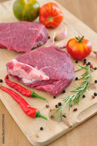Rohes Steak mit Gewürzen