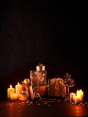 Weihnachtsgeschenke mit brennenden Kerzen und Dekoration