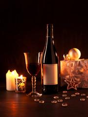 Rotweinflasche mit leerem Etikett und Weihnachtsdekoration