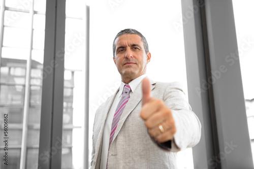 Prospettiva di un uomo d'affari con pollice alzato
