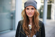 Hübsche Frau mit Mütze