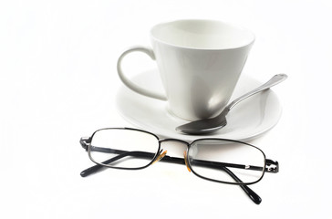 кружка с блюдцем и очки