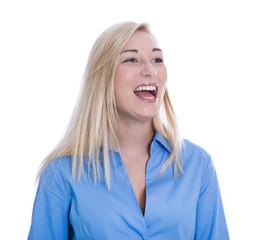 Lachendes junges Mädchen, blaue Bluse, isoliert, blond