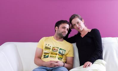 Junges, gutaussehendes Paar entspannt auf der Couch