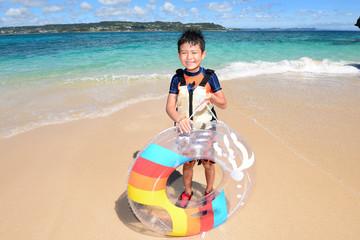 南国沖縄のビーチで遊ぶ男の子