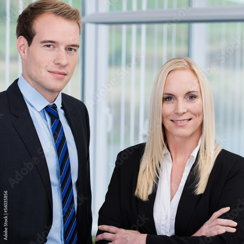 zwei erfolgreiche geschäftsleute stehen im büro