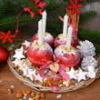 weihnachtlicher Teller mit Äpfeln und Gebäck