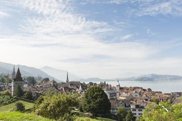 Zug, historische Altstadt mit See, Weinberg und Kapuzinerturm