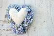 Alles Liebe: Marmorherz mit Umrandung aus Hortensienblüten