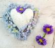 Alles Liebe: Marmorherz, Hortensien-Blüten und blaue Astern
