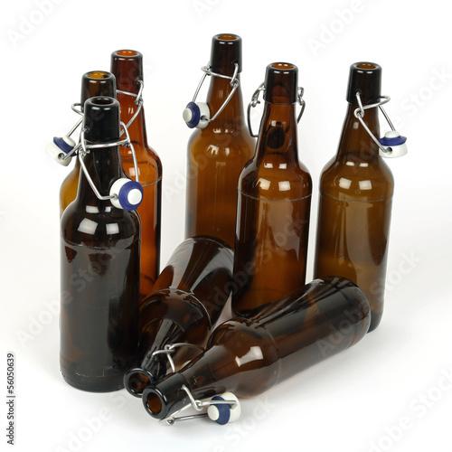Acht leere Bierflaschen