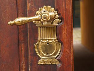 Alte Holztür mit Metallschloss