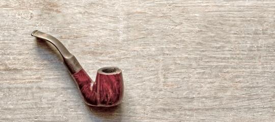 tabakspfeife auf holztisch