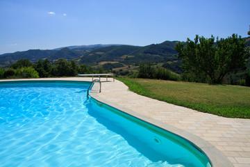 piscina tra le colline umbre