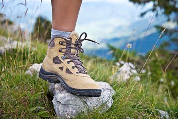 Pied avec une chaussure de marche