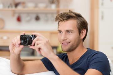 junger mann fotografiert zu hause