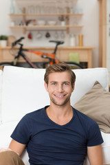 lächelnder student in seinem apartment